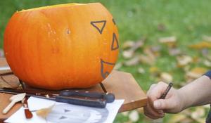 Dynia na Halloween - KROK II: szkicowanie na dyni elementów do wycięcia